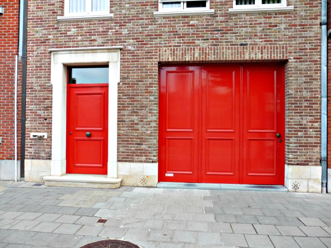 [Photo Essay] Red Doors of Bruges